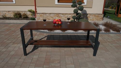 Moderner Gartentisch