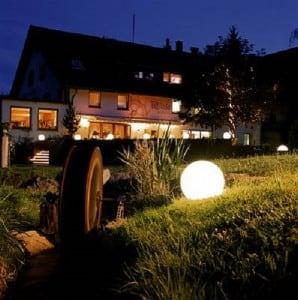 Set mit drei modernen Gartenlampen Luna Ball: 20 cm, 30 cm, 40 cm, weiße Kugeln, Glanz, inklusive LED-Lampen small 3