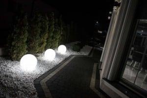 Set mit drei modernen Gartenlampen Luna Ball: 20 cm, 30 cm, 40 cm, weiße Kugeln, Glanz, inklusive LED-Lampen small 4