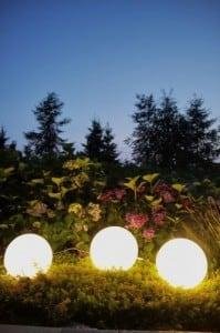 Eine Kombination von dekorativen Gartenkugeln - Luna Balls: 25, 30, 40 cm + Led-Birnen small 7