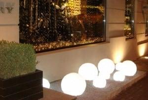 Eine Kombination von dekorativen Gartenkugeln - Luna Balls: 20, 25, 30, 40 cm + Led Birnen small 3