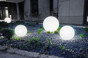 Eine Kombination von dekorativen Gartenkugeln - Luna Balls: 20, 25, 30, 40 cm + Led Birnen small 5
