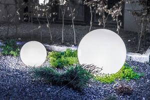 Eine Kombination von dekorativen Gartenkugeln - Luna Balls: 20, 25, 30, 40 cm + Led Birnen small 6