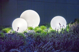 Eine Kombination von dekorativen Gartenkugeln - Luna Balls: 20, 25, 30, 40 cm + Led Birnen small 7