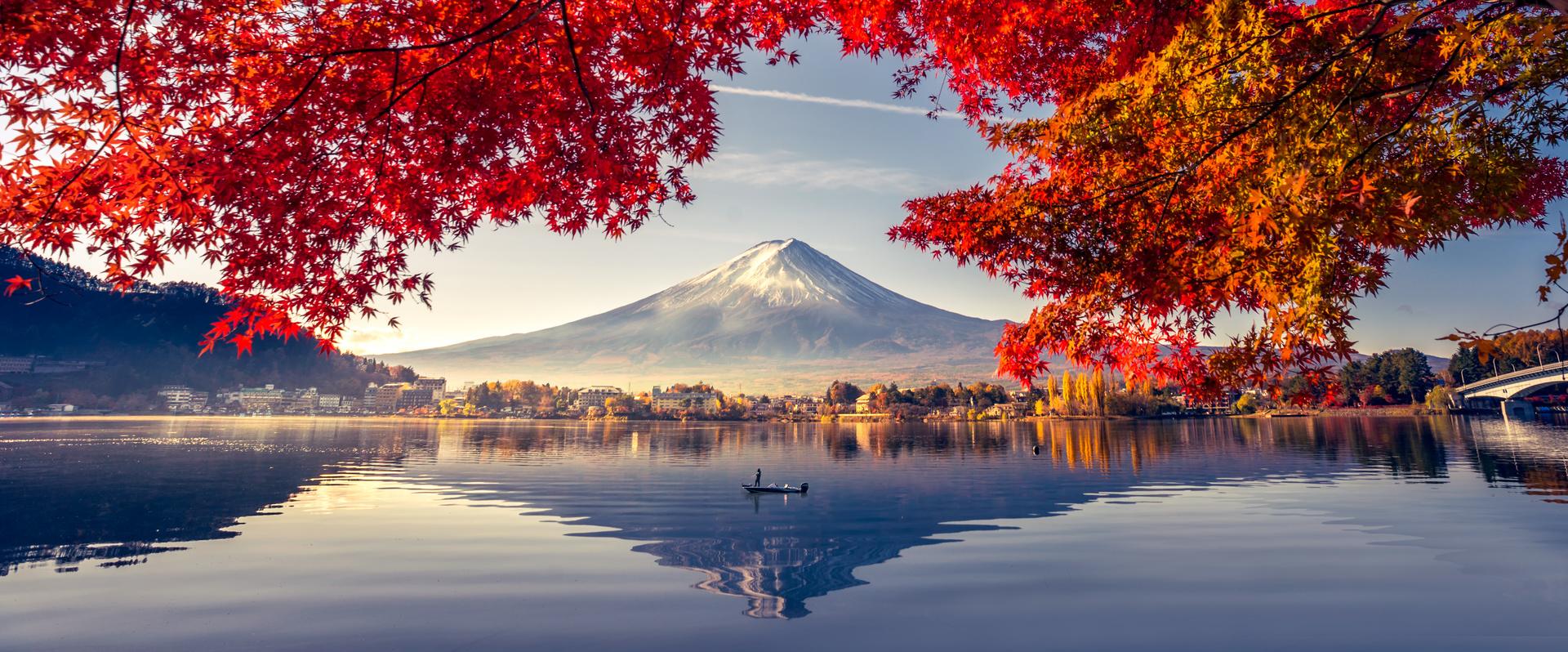 Wandbild mit Blick auf den Fuji-Vulkan, den See und die Bäume, Kontrast von warmen und kalten Farben