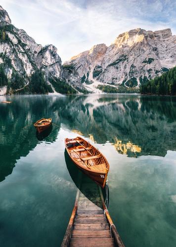 Wandgemälde Berge, See, Pier mit einem Boot, Wald