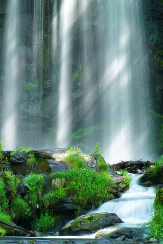 Wandgemälde Karasawa Wasserfall, Felsen, Sonnenstrahlen, Grün