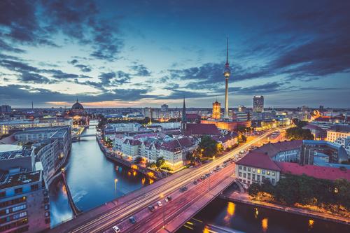 Wandbild Berlin, Luftaufnahme der Stadt, Abenddämmerung, Lichtakzente