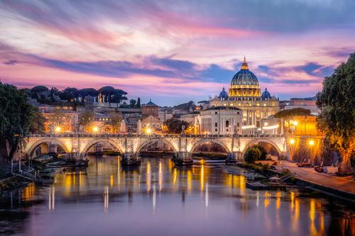 Wandgemälde Rom bei Sonnenuntergang, der beleuchtete Vatikan und die Basilika des Heiligen. Peter