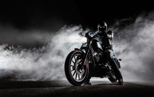 Wandgemälde Motorrad, Nebel, Hubschrauber, Nachtaufnahme